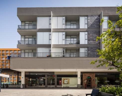 FACHADA (SUROESTE): Espacios comerciales de estilo  por Rousseau Arquitectos