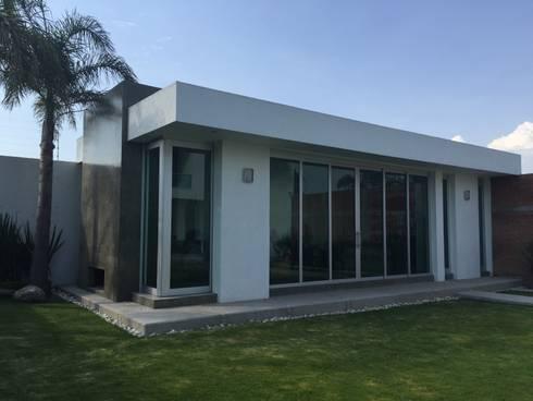 Terraza: Casas de estilo minimalista por ARKIZA ARQUITECTOS by Arq. Jacqueline Zago Hurtado
