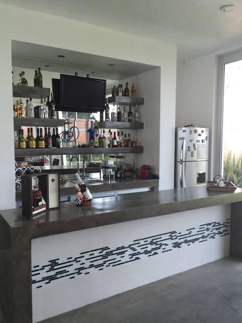 Bar: Salas multimedia de estilo moderno por ARKIZA ARQUITECTOS by Arq. Jacqueline Zago Hurtado