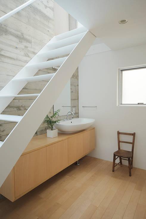 サンドイッチハウス: こぢこぢ一級建築士事務所が手掛けた廊下 & 玄関です。