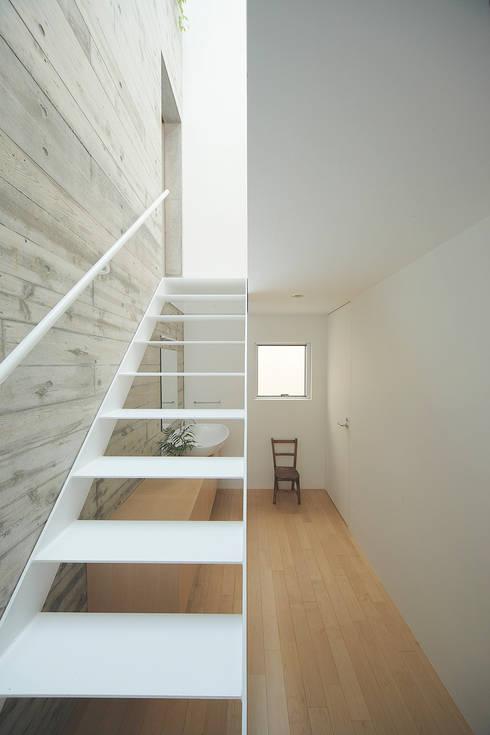 ระเบียงและโถงทางเดิน by こぢこぢ一級建築士事務所