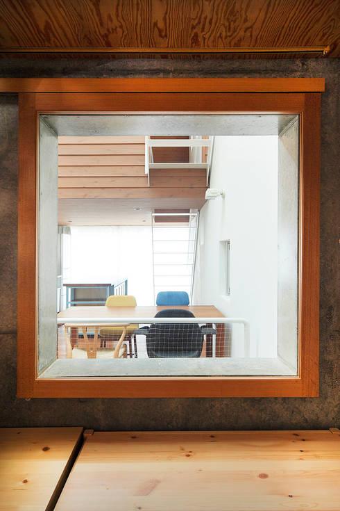 サンドイッチハウス: こぢこぢ一級建築士事務所が手掛けた書斎です。