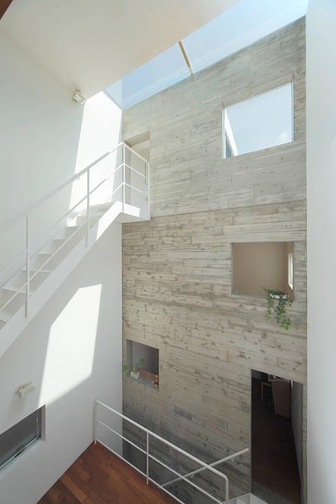 サンドイッチハウス: こぢこぢ一級建築士事務所が手掛けた壁です。