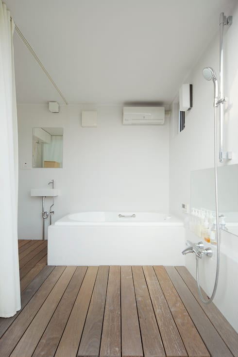 サンドイッチハウス: こぢこぢ一級建築士事務所が手掛けた浴室です。