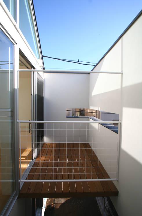 空と暮らす家: 設計事務所アーキプレイスが手掛けたベランダです。