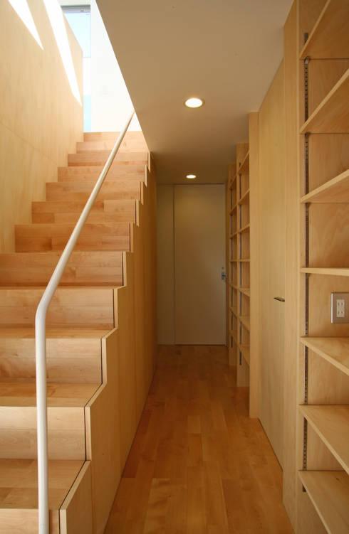 空と暮らす家: 設計事務所アーキプレイスが手掛けた廊下 & 玄関です。