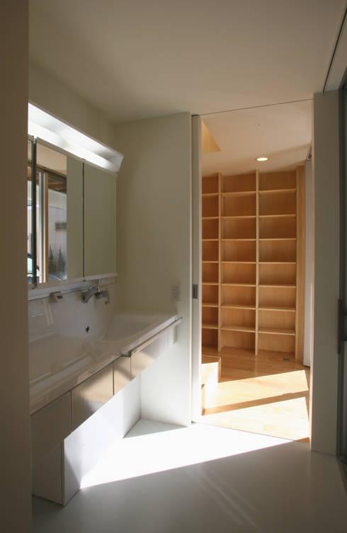 空と暮らす家: 設計事務所アーキプレイスが手掛けた浴室です。