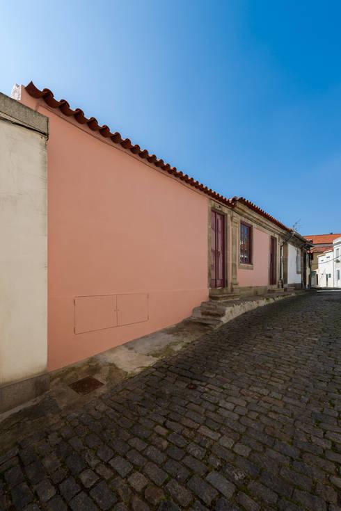 fachada rua principal: Casas clássicas por ABPROJECTOS