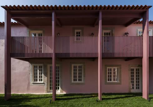 Fachada Lateral - Alpendre: Casas clássicas por ABPROJECTOS
