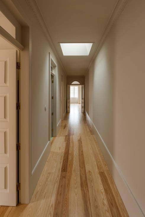 Ingresso & Corridoio in stile  di ABPROJECTOS