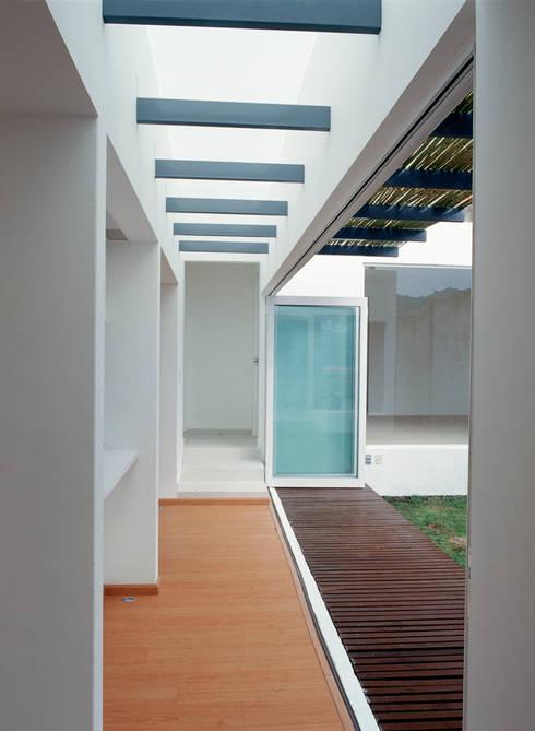 CaSA CORTINA: Pasillos y recibidores de estilo  por CoRREA Arquitectos