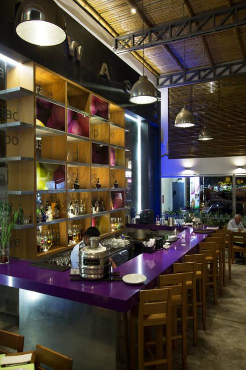 RESTAURANTE CHIWAKE: Comedores de estilo moderno por ARKILINEA