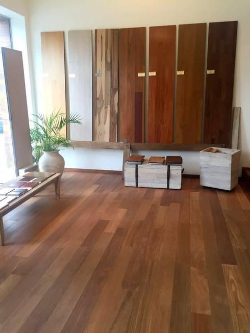 Showroom Buenos Aires: Estudios y oficinas de estilo moderno por Indusparquet Argentina