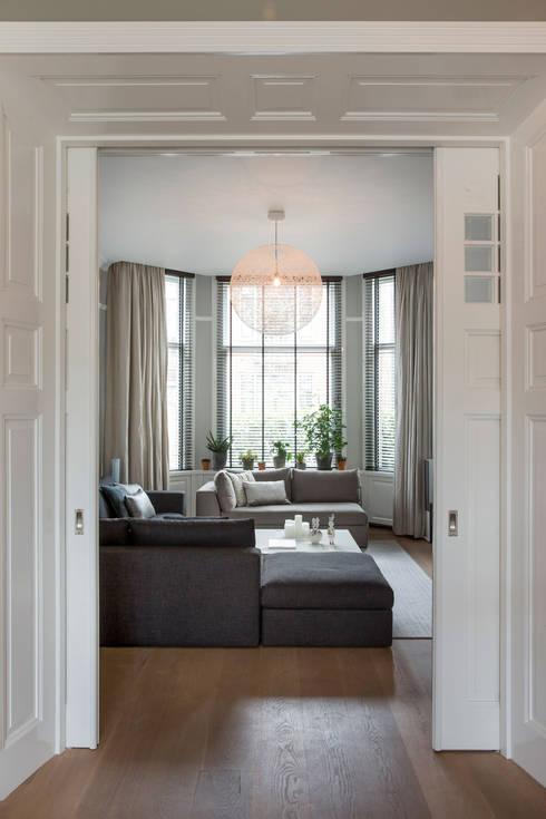 luxe woonkamer in warm herenhuis:  Woonkamer door choc studio interieur