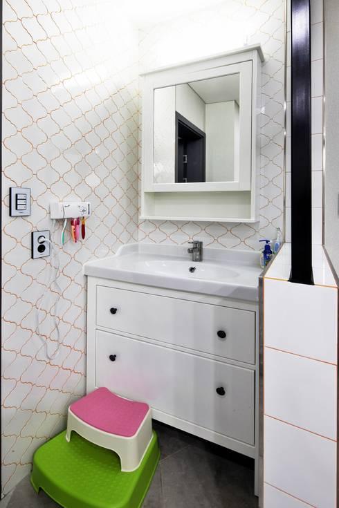 여수 밤바다를 가족 품 안에 (여수 웅천동 주택): 윤성하우징의  욕실