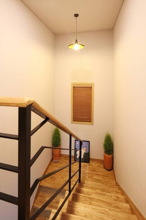 서로 다른 공간의 완벽한 어울림(대전 문창동 주택): 윤성하우징의  복도 & 현관