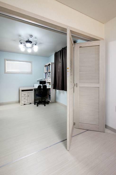 은평 뉴타운에 자리잡은 네 가족의 꿈 (서울 은평구 주택): 윤성하우징의  서재 & 사무실