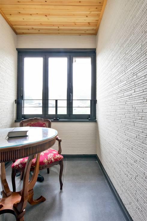 이웃과 함께하는 전원생활 (용인 고기동 주택): 윤성하우징의  베란다