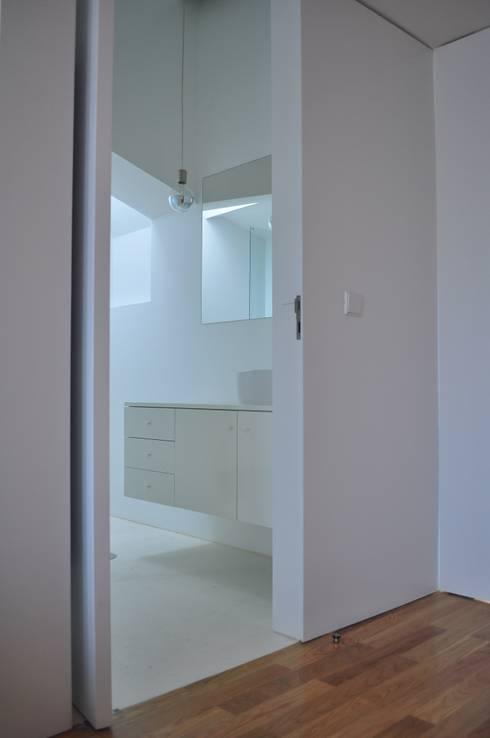 227 Flat: Casas de banho modernas por OODA