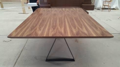 Mesa de comedor de nogal: Comedor de estilo  por DSeAl muebles de fábrica a la medida.
