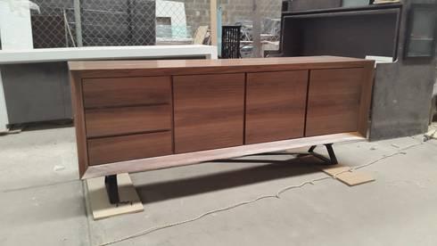Buffet de nogal.: Comedor de estilo  por DSeAl muebles de fábrica a la medida.