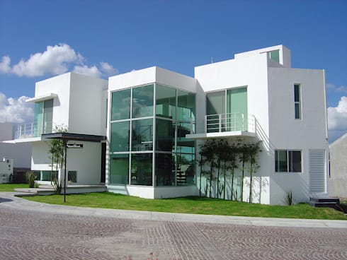Fachada Principal: Casas de estilo moderno por AParquitectos