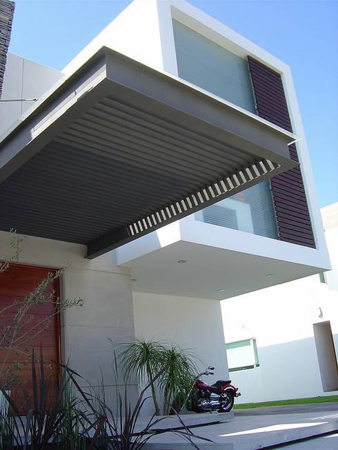 Pergolado: Casas de estilo moderno por AParquitectos
