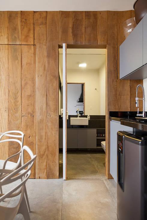 Baños de estilo  por Tria Arquitetura