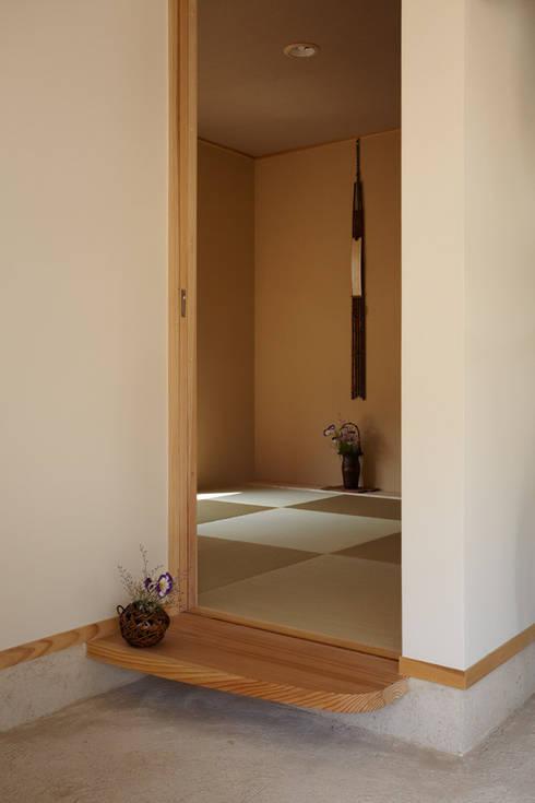 里山に建つ家: toki Architect design officeが手掛けた和室です。
