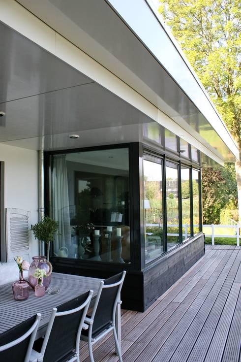 Landelijke eigentijdse woning:  Terras door Brand BBA I BBA Architecten