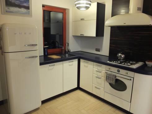 Forest Lodge: modern Kitchen by Black Oak Builders Ltd.