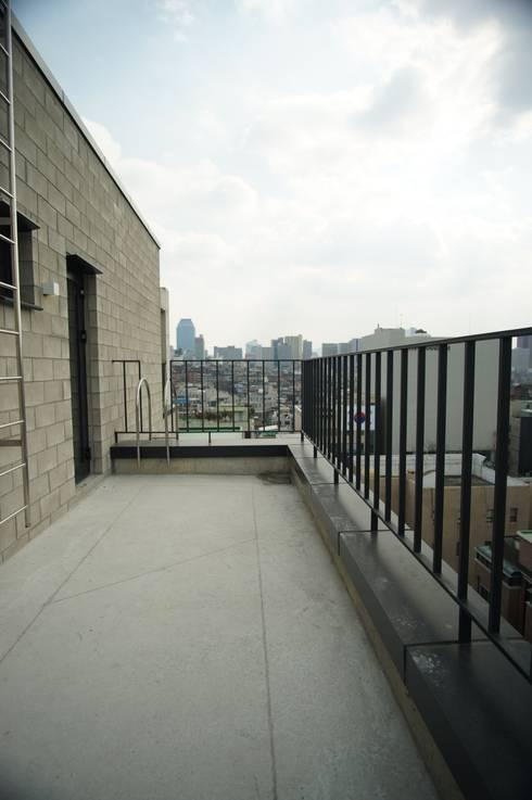 Wylie Building: 라움플랜 건축사사무소의  베란다