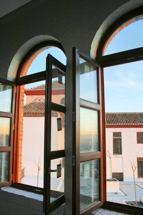 Ventana de medio punto: Puertas y ventanas de estilo rústico de Conely