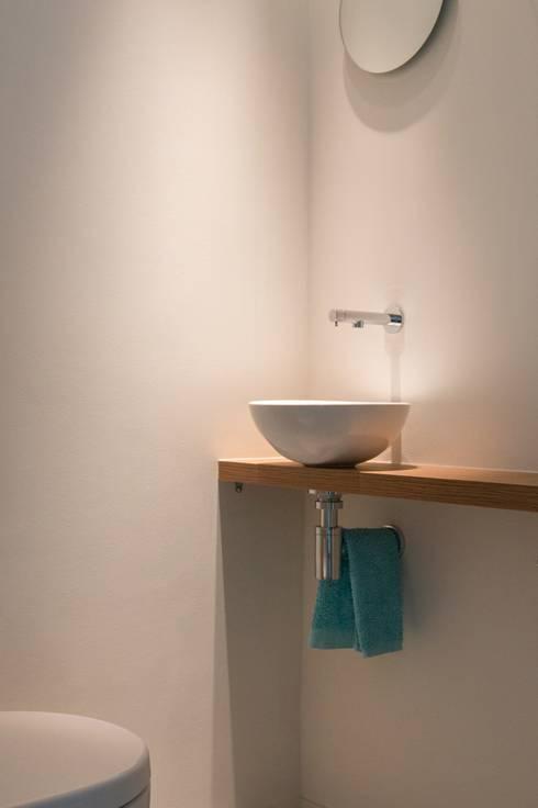 Toilet als meditatieruimte: moderne Badkamer door Architect2GO