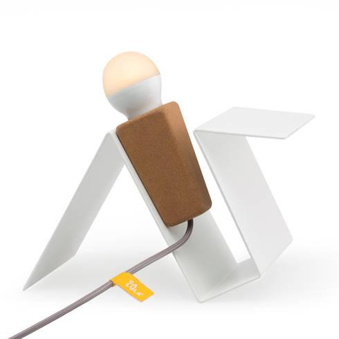 'Glint' #3 desk lamp: Sala de estar  por GALULA