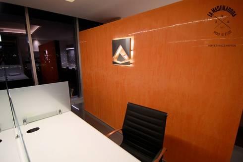 ALIANZA JURIDICA CORPORATIVA: Oficinas y tiendas de estilo  por La Maquiladora / taller de ideas