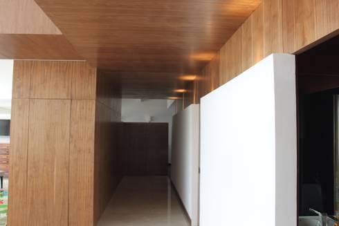DEPARTAMENTO R-G: Pasillos y recibidores de estilo  por IARKITECTURA