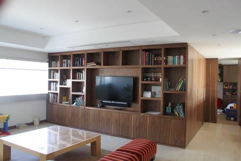 DEPARTAMENTO R-G: Salas multimedia de estilo moderno por IARKITECTURA