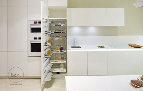Compacta elegante: Cozinhas minimalistas por FABRI