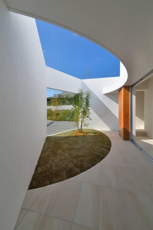 Jardines de estilo moderno por 門一級建築士事務所
