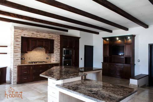 Isla central con 2 desayunadores con cubierta de Mármol café emperador : Cocinas de estilo clásico por H-abitat Diseño & Interiores