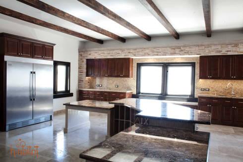 Isla central con 2 desayunadores con cubierta de Mármol café emperador: Cocinas de estilo clásico por H-abitat Diseño & Interiores