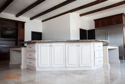 Isla Central en acabado patinado : Cocinas de estilo clásico por H-abitat Diseño & Interiores