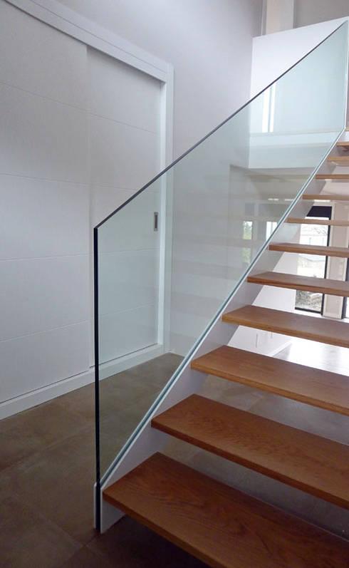 Pasillos y hall de entrada de estilo  por AD+ arquitectura