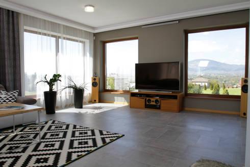 Co oglądać? Widok za oknem czy TV?: styl , w kategorii Salon zaprojektowany przez in2home