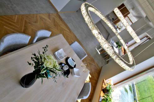 Lampa gra główną rolę: styl , w kategorii Jadalnia zaprojektowany przez in2home