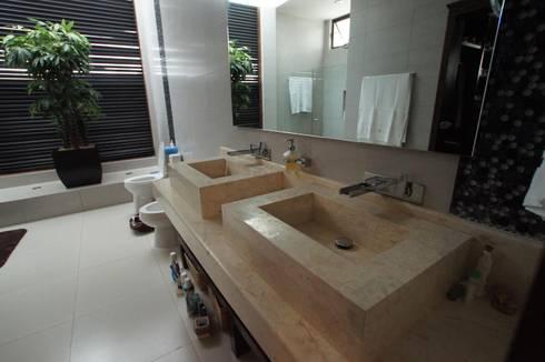 Residencia P-L: Baños de estilo  por AIDA TRACONIS ARQUITECTOS EN MERIDA YUCATAN MEXICO