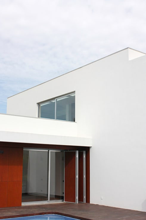 house in Vilamoura golf: Casas modernas por Matos Architects
