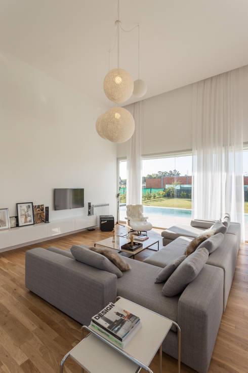 LIVING: Livings de estilo  por VISMARACORSI ARQUITECTOS