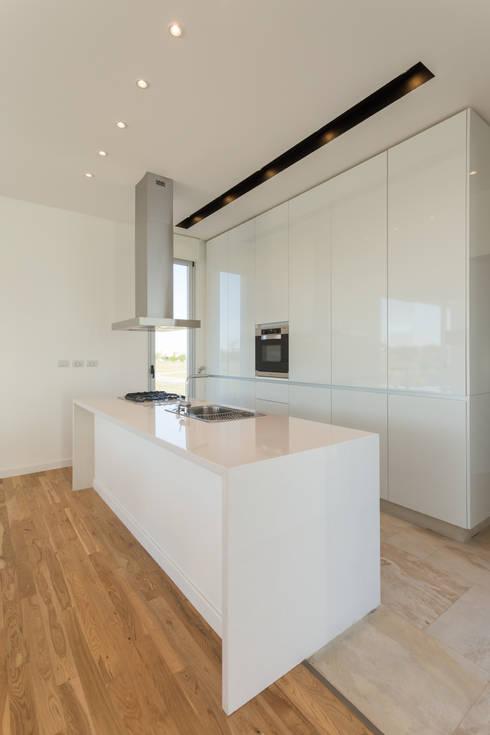 minimalistic Kitchen by VISMARACORSI ARQUITECTOS